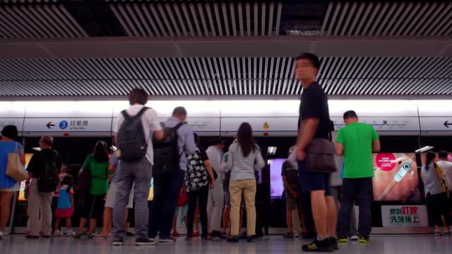 vídeos de stock, filmes e b-roll de lapso de tempo de hong kong metrô em hd - pataforma de estação de metrô