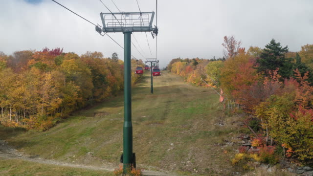 time lapse, hyperlapse. gondola skyride in stowe, vermont during autumn, fall. colorful leaf peeping. - stowe vermont stock videos & royalty-free footage