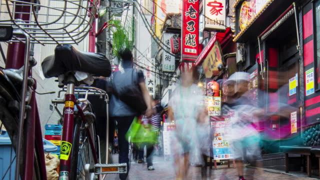 新宿の狭い通りで時間の経過 - 飲食点の映像素材/bロール