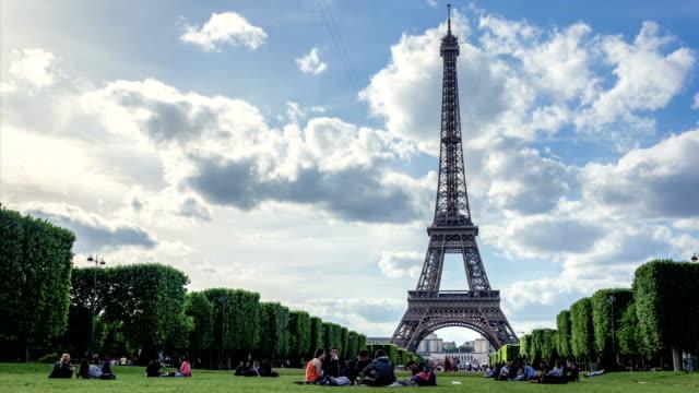 vidéos et rushes de time lapse in champ de mars, near tour eiffel, paris - picnic