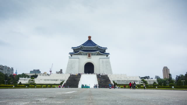 time lapse in chiang kai-shek memorial hall in taipei - chiang kaishek memorial hall stock videos & royalty-free footage