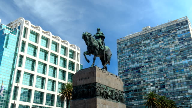 "vídeos de stock, filmes e b-roll de time lapse in ""plaza independencia"" (""independence square""), montevideo downtown, uruguay - uruguai"