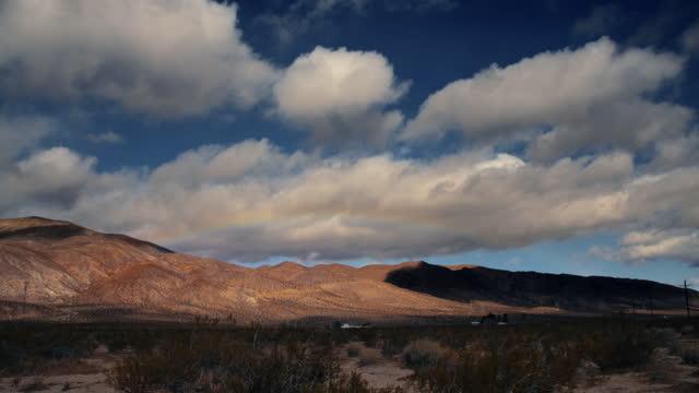 vídeos de stock, filmes e b-roll de time lapse in the mojave desert - meio tom