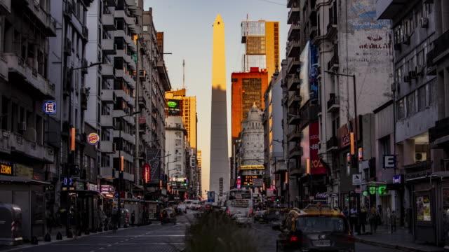 zeitraffer in der straße von buenos aires, argentinien - obelisk von buenos aires stock-videos und b-roll-filmmaterial
