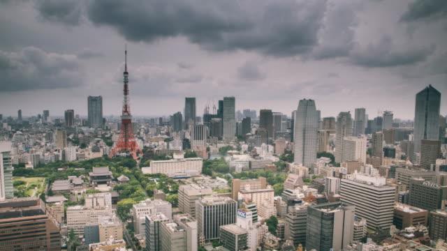 zeitraffer von tokio und den tokyo turm in der backgrund - bedeckter himmel stock-videos und b-roll-filmmaterial