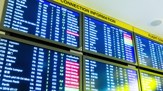 time lapse : information arrival departure board at airport - imbarcarsi video stock e b–roll