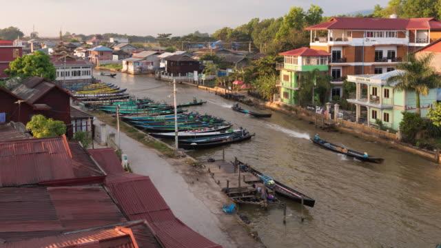 4 K time-lapse: Inle stad met boten voor toeristische reizen in Inlemeer
