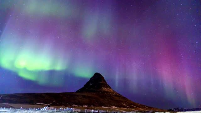 hd-zeitraffer: kirkjufell und aurora - polarlicht stock-videos und b-roll-filmmaterial