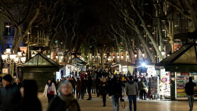 vídeos y material grabado en eventos de stock de lapso de tiempo la tambla de noche en barcelona - grupo grande de personas