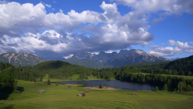 time lapse. lake geroldsee with huts and karwendel mountains in background. - garmisch partenkirchen stock videos and b-roll footage