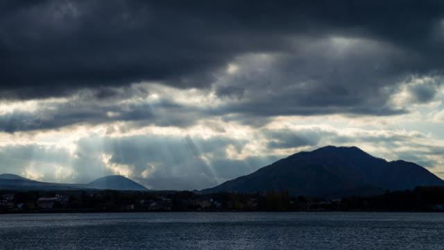 4k タイムラプス: 山梨県河口湖 - light beam点の映像素材/bロール