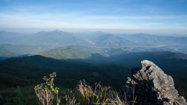 vídeos de stock, filmes e b-roll de lapso de tempo, paisagem e natureza, floresta de montanha misty em chiang rai, tailândia - overcast