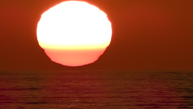 stockvideo's en b-roll-footage met time lapse large sunset off the california coast layered with green flashes - zonsondergang