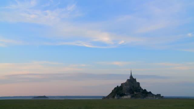 vidéos et rushes de time lapse le mont saint-michel island - site classé au patrimoine mondial de l'unesco
