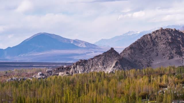 vídeos de stock, filmes e b-roll de lapso de tempo de 4k: cenas de leh ladakh natureza e paisagem, com montanhas do himalaia em jammu e caxemira, norte da índia - forma da água