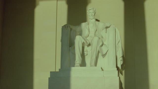 time lapse light and shadows moving across statue of lincoln (in lincoln memorial) / washington d.c. - lincolndenkmal stock-videos und b-roll-filmmaterial
