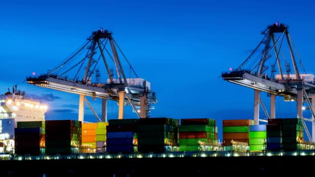 stockvideo's en b-roll-footage met time-lapse laden van vracht vrachtschip - uitzoomen - container