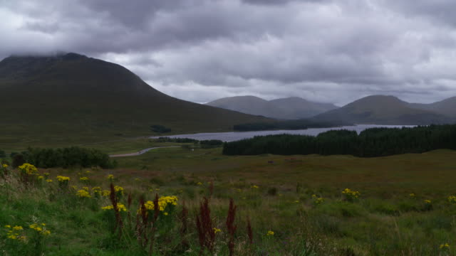 vidéos et rushes de time lapse. loch tulla with black mount in the scottish highlands near bridge of orchy. landscape with lake and mountains. loch tulla, scottish highlands, bridge of orchy, scotland, uk. - scottish culture