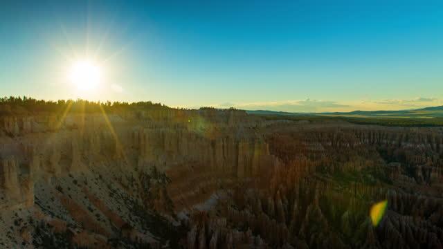 time lapse lockdown beautiful shot of bryce canyon national park while sun moving in sky - ブライス峡谷点の映像素材/bロール