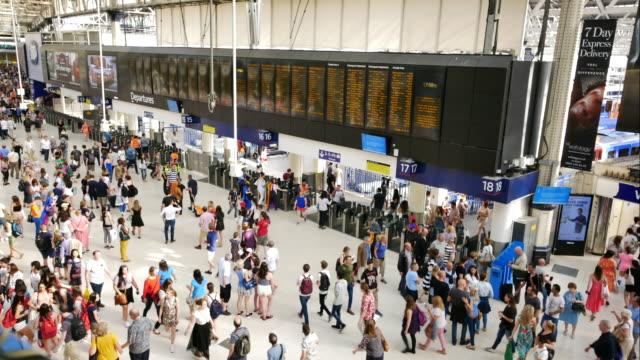 vidéos et rushes de laps de temps de 4k london tube gare dans rush hour gare de waterloo - quai de gare