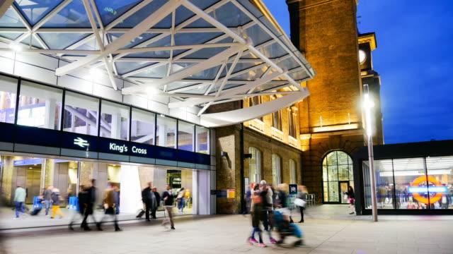 stockvideo's en b-roll-footage met 4k time-lapse trein buis metrostation, passagiers in spitsuur, engeland, verenigd koninkrijk - station london king's cross