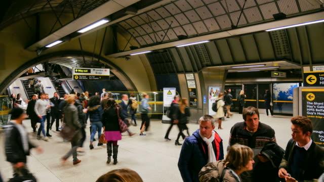 stockvideo's en b-roll-footage met time-lapse trein buis metrostation, passagiers in spitsuur, engeland, verenigd koninkrijk - station london king's cross