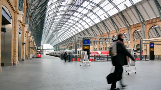 zeitraffer rohr unterirdischen bahnhof london, passagiere in rush hour, england, uk - bahnreisender stock-videos und b-roll-filmmaterial