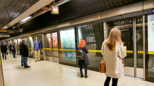 4k time lapse, london train tube underground station, passengers in rush hour, england, uk - stazione della metropolitana video stock e b–roll