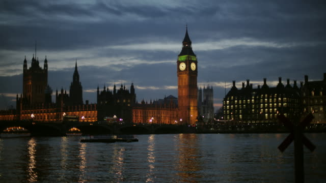 time lapse. london's big ben shot from across the river, going from day to night. - montaggio in sequenza video stock e b–roll