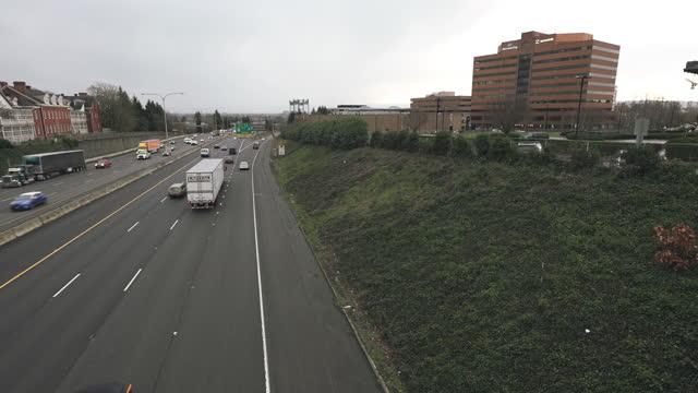 vídeos de stock, filmes e b-roll de lapso de tempo longa exposição do tráfego cruzando uma rodovia interestadual - time lapse de trânsito