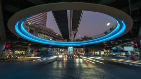 vídeos y material grabado en eventos de stock de exposición largo lapso de tiempo de tráfico jam y coche multitud cruce en hora punta por la noche en bangkok, transporte con el concepto de paisaje urbano - projection