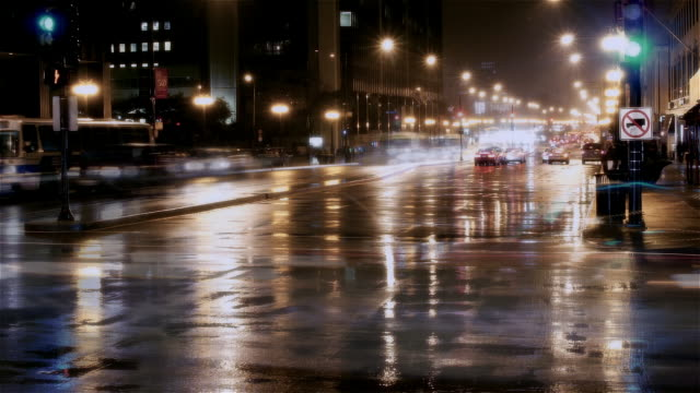 vídeos de stock, filmes e b-roll de time lapse long shot street traffic on rainy michigan avenue / chicago, illinois - long exposure