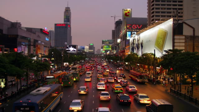 time lapse long shot traffic on rachadamri road / dusk to night / bangkok, thailand - bus billboard stock videos & royalty-free footage