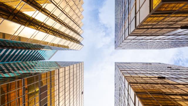 time lapse låg vinkel av höga företagsbyggnader skyskrapa i hong kong - fönsterrad bildbanksvideor och videomaterial från bakom kulisserna