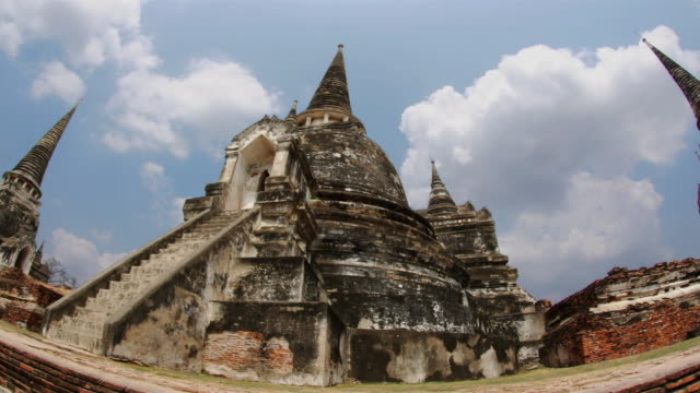 time lapse low angle shot of clouds passing over wat phra si sanphet at ayutthaya / thailand - アユタヤ県点の映像素材/bロール