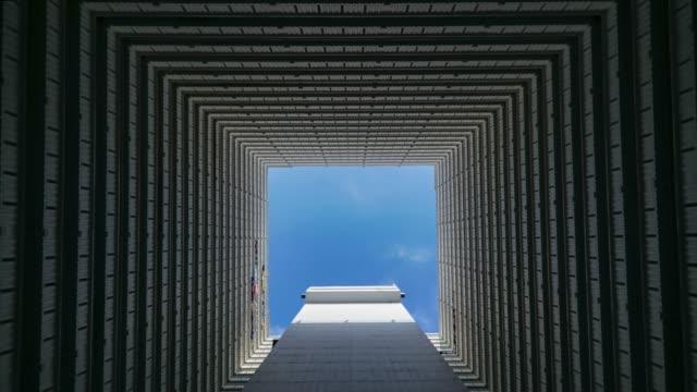 4k zeitraffer tiefwingenansicht der wolke, die durch die wohnung fließt, hongkong - block form stock-videos und b-roll-filmmaterial