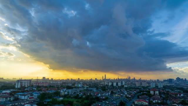 vídeos de stock, filmes e b-roll de 4k time lapse majestic sunset over downtown kuala lumpur, malaysia. - torre menara kuala lumpur