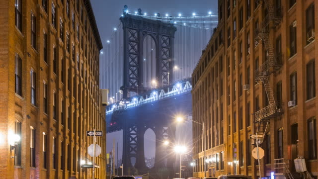 vídeos de stock, filmes e b-roll de time lapse zo of manhattan bridge and brooklyn brownstone buildings at night - brooklyn new york