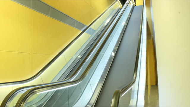 vídeos de stock, filmes e b-roll de time lapse mechanical stairs - movimento perpétuo