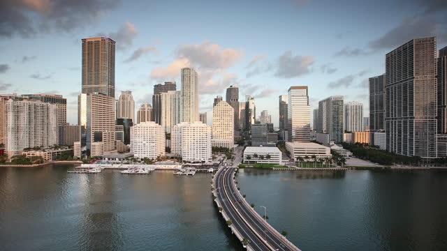 vidéos et rushes de time lapse, miami skyline at sunrise, brickell key, florida - miami