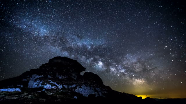 stockvideo's en b-roll-footage met 4k time-lapse - milky way over de top van de berg - heelal