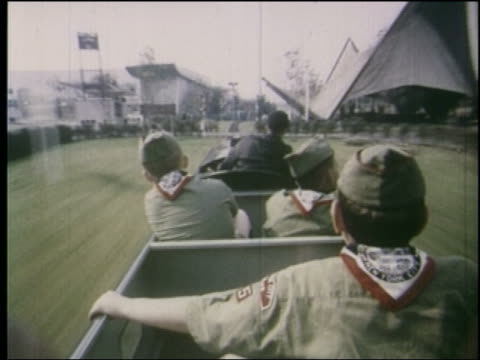 stockvideo's en b-roll-footage met 1964 time lapse mini train point of view behind boy scouts at ny world's fair - wereldtentoonstelling new york