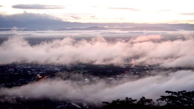 4k zeitraffer misty sunrise über der stadt chiang mai, thailand. - provinz chiang mai stock-videos und b-roll-filmmaterial