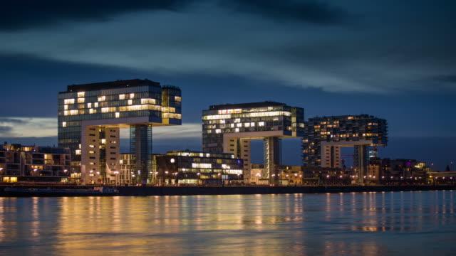 Zeitraffer: Moderne Bürogebäude