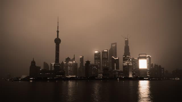vídeos de stock, filmes e b-roll de tempo passando-monocromático xangai do dia para a noite - torre oriental pearl