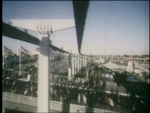 1964 time lapse monorail point of view over fairgrounds traffic on highway / ny world's fair - 1964年点の映像素材/bロール