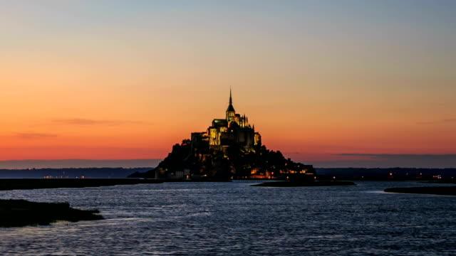time lapse: mont saint-michel-digione, francia al tramonto - bretagna video stock e b–roll