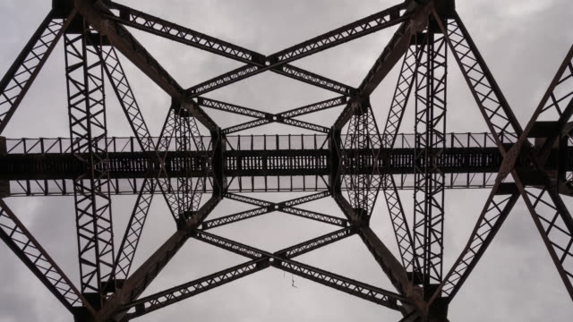 time lapse moodna viaduct, salisbury mills train trestle bridge. hudson valley new york. looking up rotating, spinning. - 桁橋点の映像素材/bロール
