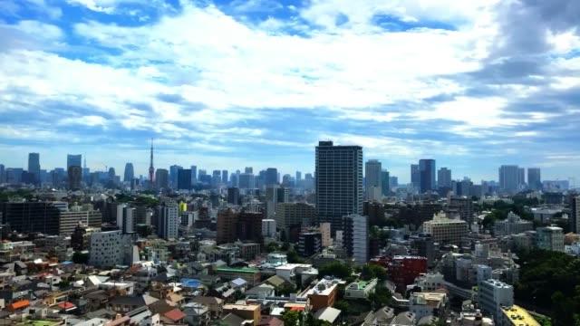時間の経過-東京のスカイライン上空のムーディーズ・スカイ