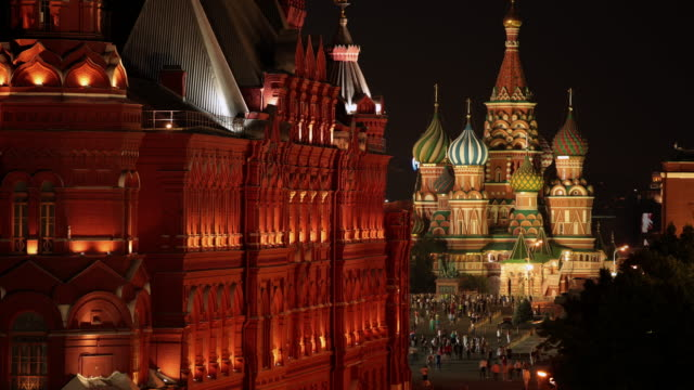 time lapse moscow state historical museum with st. basil's cathedral in the background - moskau stock-videos und b-roll-filmmaterial
